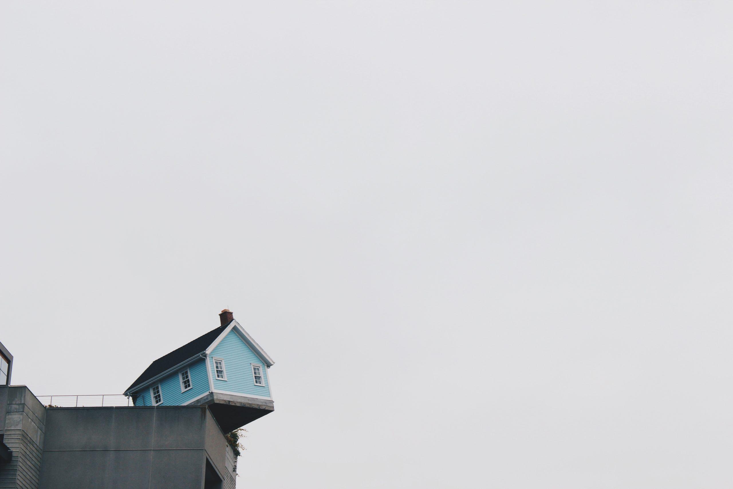 Une petite maison au bord du vide
