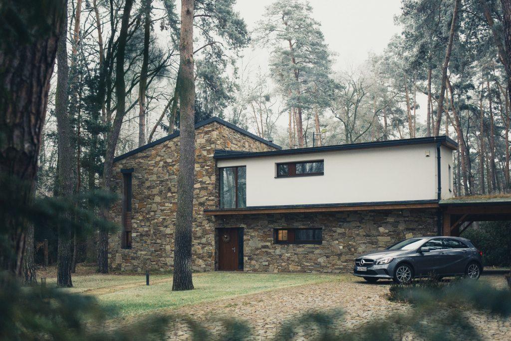 Une maison moderne dans une forêt