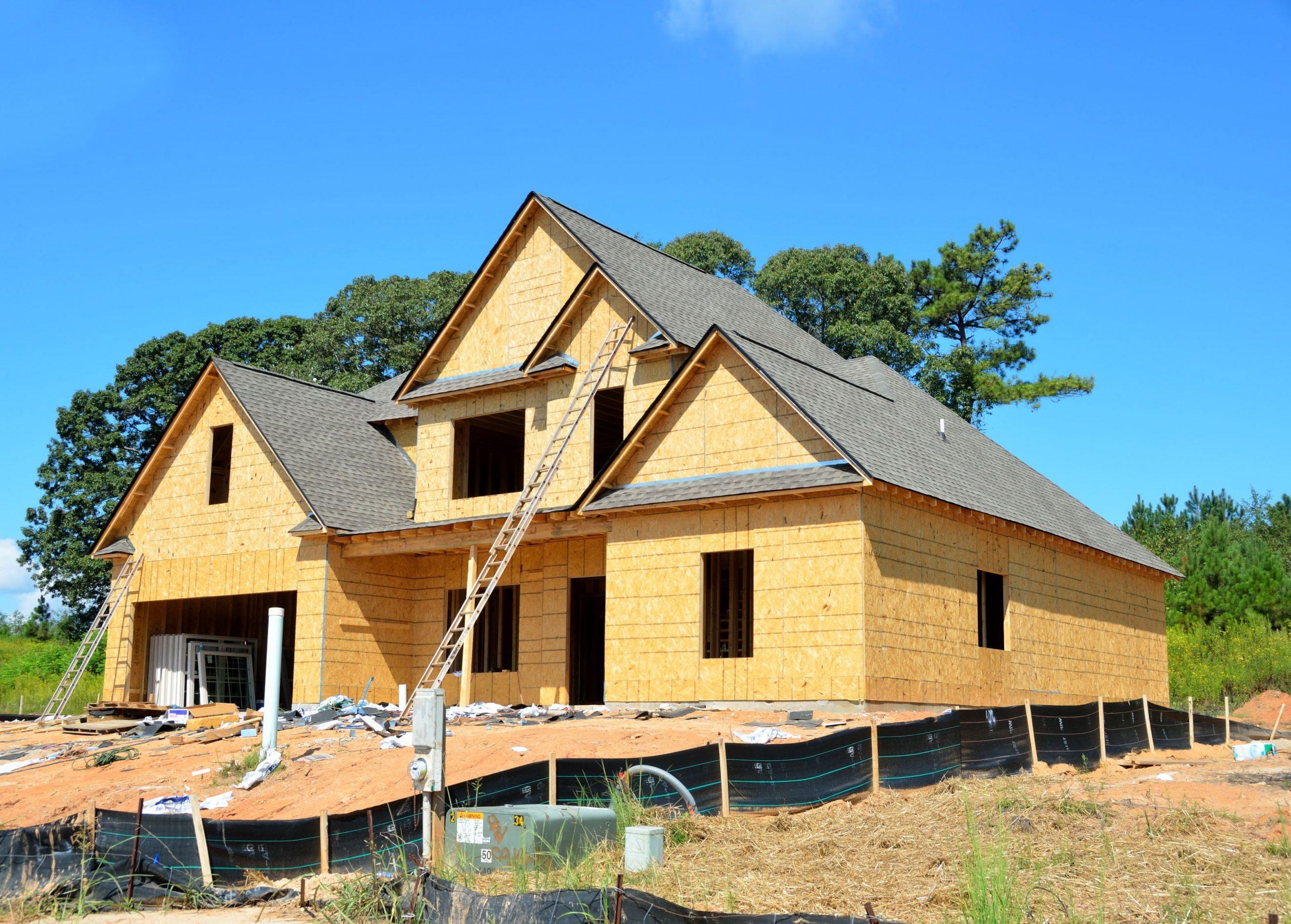 Construction d'une maison en bois sur un terrain en pente