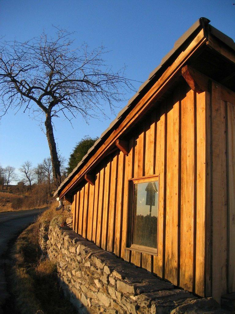 maison avec une façade faite avec des bardages en bois