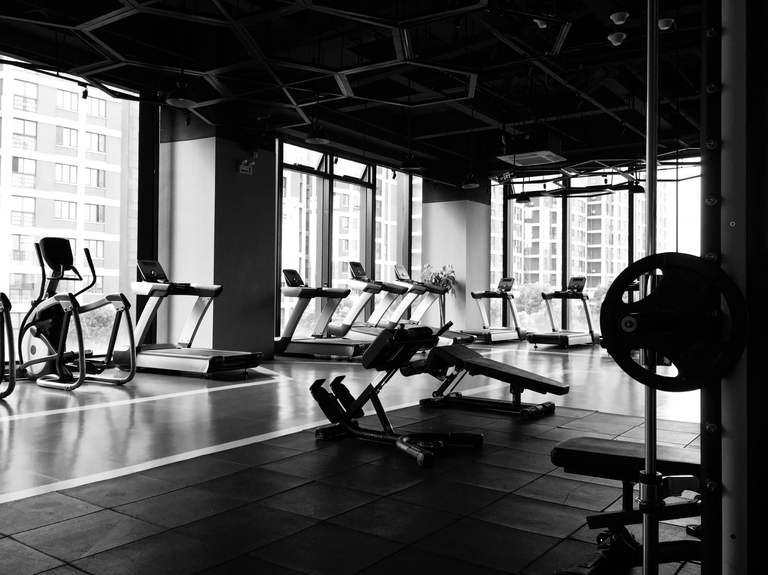 Salle de sport avec machines de musculation